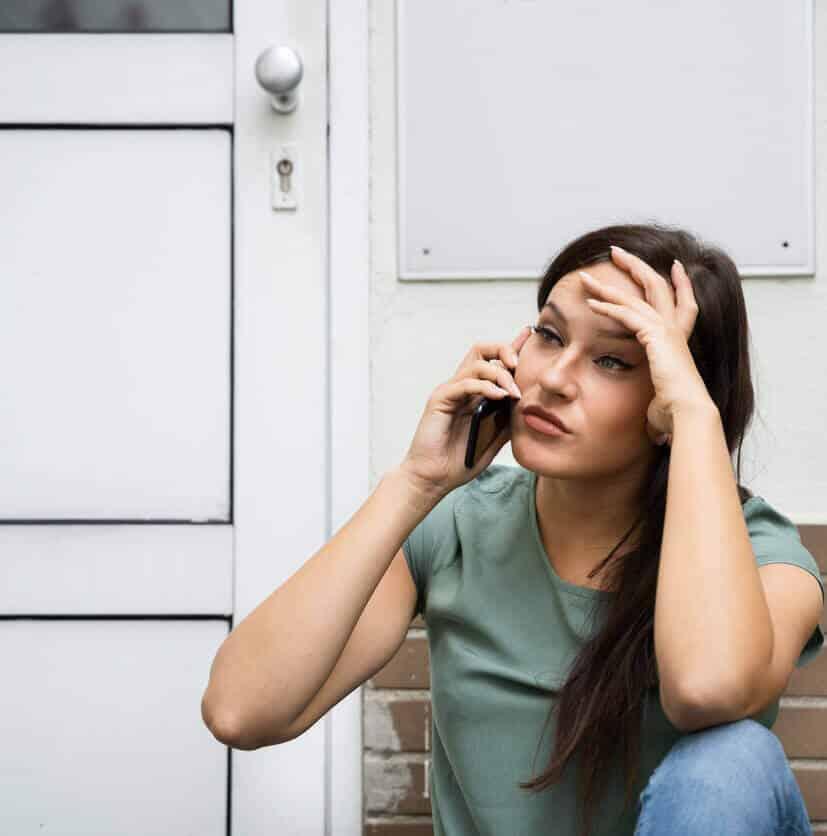 ausgesperrte Frau ruft Schlüsselnotdienst
