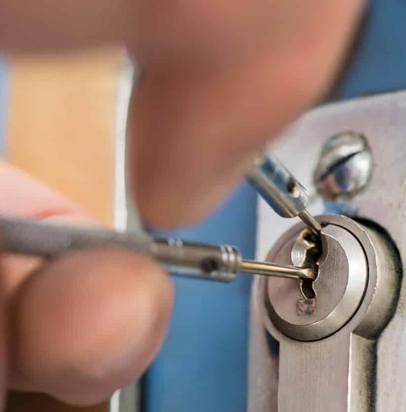 Schlüsseldienst öffnet verschlossene Tür